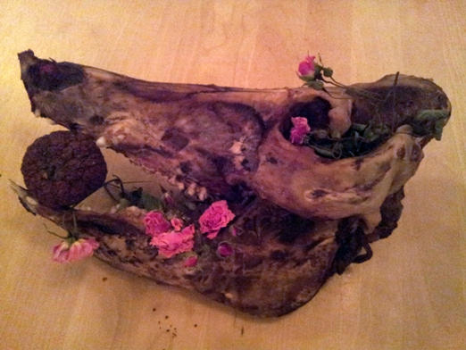 Viktor och Robin gjorde lite morbid konst av grisen också.