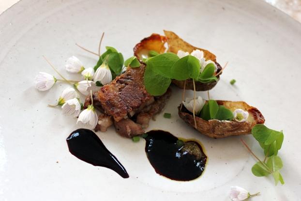 Brynt sylta av grisansikte med harsyra, rabarbersmör, blåbär- och blåstångssmör och en liten potatispuré bland annat.