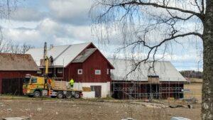 Lastning av solpaneler upp på byggnadsställning